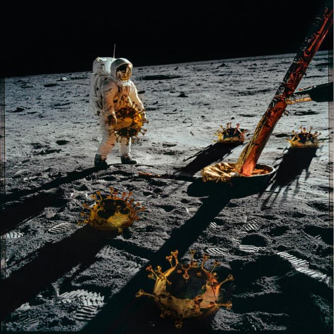 Phi hành gia bưng virus Corona - một trong 23 bức ảnh thuộc bộ tác phẩm The Moon Revisited. Ảnh: Mark Hamilton Gruchy.