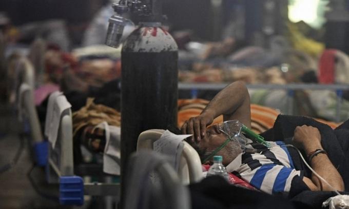 Bệnh nhân Covid-19 được điều trị tại một phòng tiệc được chuyển đổi thành trung tâm điều trị tạm thời ở New Delhi, Ấn Độ hôm 29/4. Ảnh: AFP.
