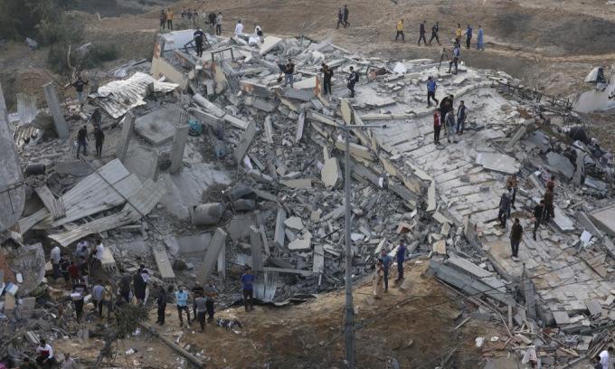 Một tòa nhà ở Dải Gaza bị phá hủy sau trận không kích của Israel hôm 13/5. Ảnh: AFP.
