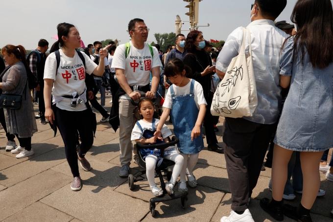 Các gia đình tại cổng Thiên An Môn ở Bắc Kinh tuần trước. Ảnh: AP.