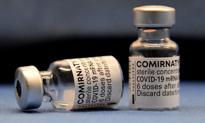 Các lọ vaccine Covid-19 của Pfizer tại một trung tâm tiêm chủng ở Italy. Ảnh: AFP.