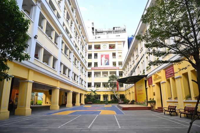 Sân trường tiểu học Tràng An, quận Hoàn Kiếm, Hà Nội, vắng học sinh trong những ngày nghỉ phòng dịch tháng 5. Ảnh: Giang Huy.