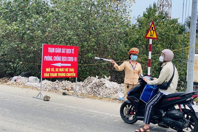 Trạm kiểm soát y tế ở thị trấn Lăng Cô. Ảnh: Vạn An