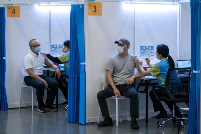 Người dân Hong Kong tiêm vaccine tại trung tâm cộng đồng vào ngày 23/2. Ảnh: Reuters.