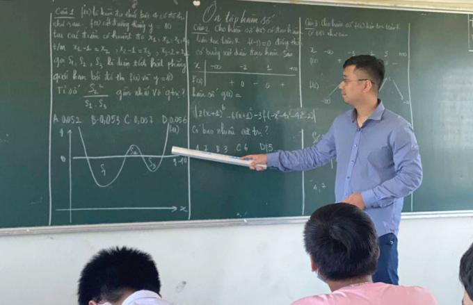 Thầy Trần Thế Hùng trong một tiết ôn tập cho học sinh. Ảnh: Nhân vật cung cấp.