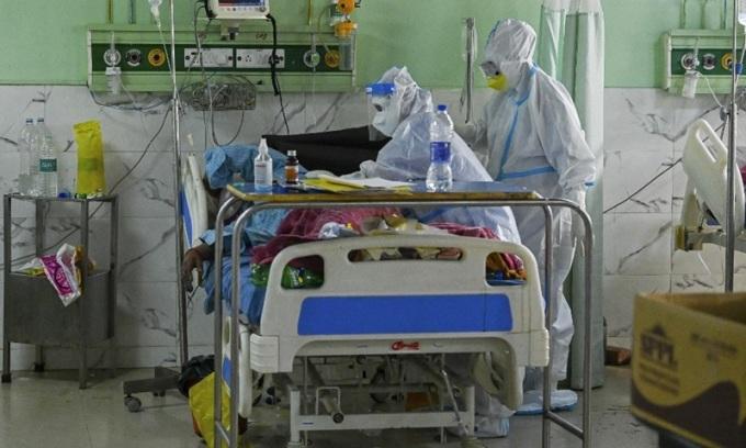 Nhân viên y tế chăm sóc một bệnh nhân Covid-19 tại phòng chăm sóc tích cực bệnh viện thành phố Moradabad, bang Uttar Pradesh, Ấn Độ hôm 5/5. Ảnh: AFP.