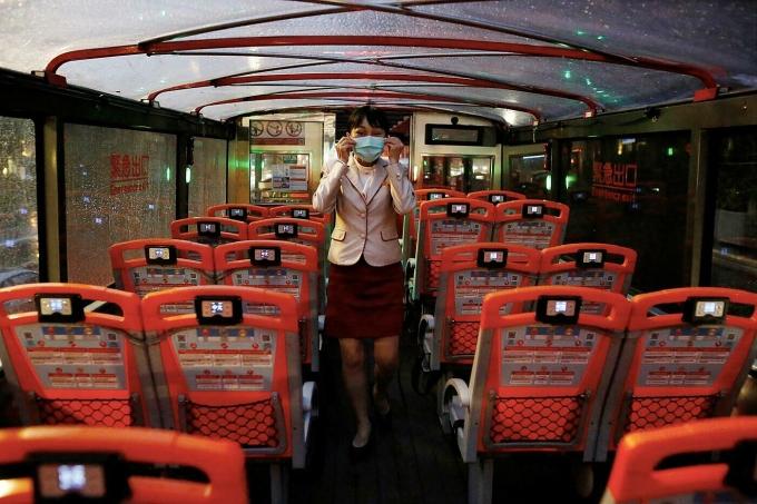 Xe du lịch hạn chế hành khách tại Đài Bắc vào tháng 5/2020, khi đại dịch Covid-19 vừa bùng phát. Ảnh: Reuters