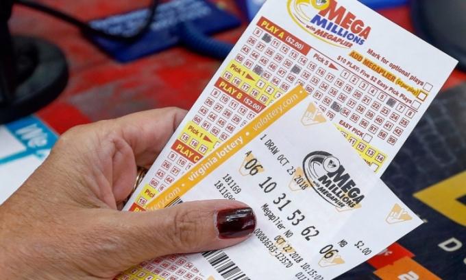 Một phụ nữ mua vé số Mega Millions hồi tháng 10/2018. Ảnh: ABC News.