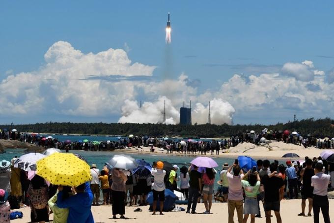 Người dân xem cảnh tàu vũ trụ Thiên Vấn 1 được phóng từ trạm Văn Xương hồi tháng 7/2020. Ảnh: AP.
