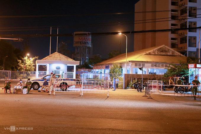 Lực lượng chức năng phong toả tạm thời khu Công nghiệp An Đồn khi phát hiện ca lây nhiễm là nhân viên tổng đài của Công ty Trường Minh, tối 11/5. Ảnh: Nguyễn Đông.