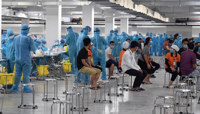 Công nhân ở khu công nghiệp Quang Châu chờ xét nghiệm ngày 15/5. Ảnh: Giang Huy