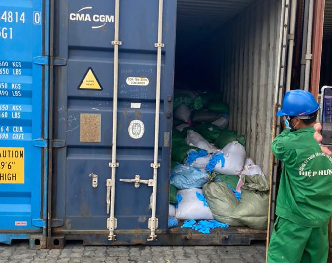 Container chứa găng tay y tế bẩn được kiểm tra tại cảng Cát Lái, chiều 17/5. Ảnh: Cục Hải quan TP HCM cung cấp.