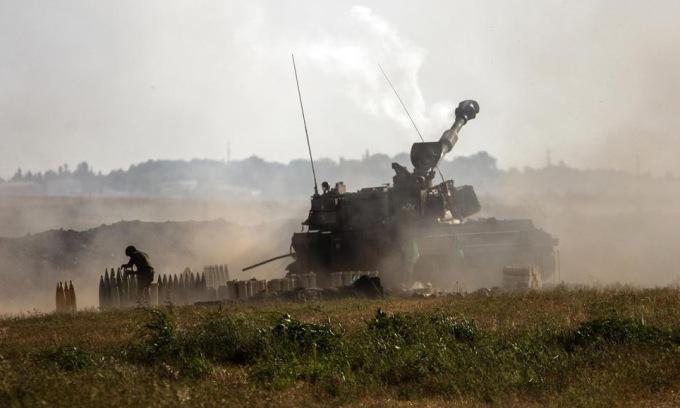 Pháo binh Israel công kích mục tiêu tại Dải Gaza hôm 16/5. Ảnh: AP.