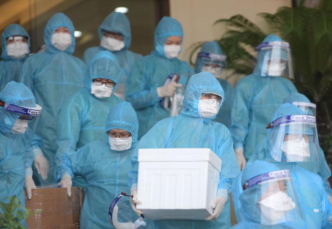 Lực lượng y tế chuẩn bị lấy mẫu xét nghiệm tại KCN Quang Châu, Bắc Giang, ngày 15/5. Ảnh: Hoàng Phong