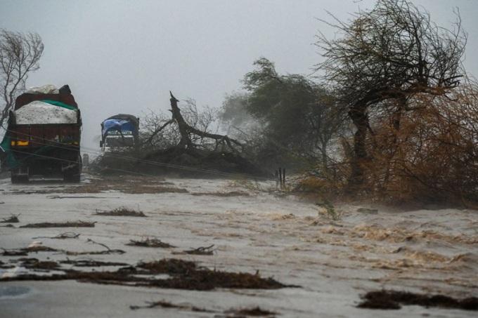 Xe tải mắc kẹt trên đường cao tốc ngập nước gần Diu, miền tây Ấn Độ, hôm nay. Ảnh: AFP.