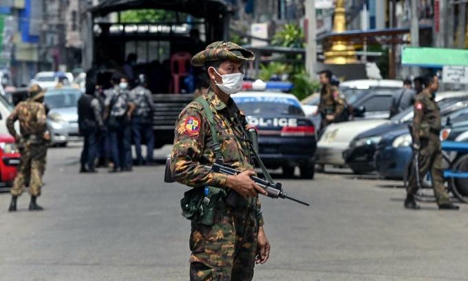 Lực lượng an ninh Myanmar truy tìm người biểu tình chống chính phủ vào ngày 7/5 tại Yangon. Ảnh: AFP.