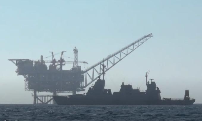 Tàu hộ vệ lớp Saar 5 mang hệ thống Iron Dome gần giàn Tamar hôm 15/5. Ảnh: Twitter/Defensa_Israel.