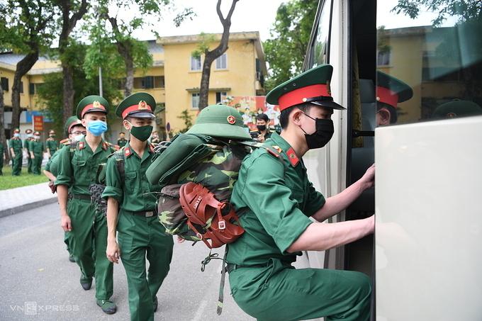 Cán bộ, học viên Học viện Quân y lên đường tới Bắc Ninh chống dịch sáng 18/5. Ảnh: Văn Phong.