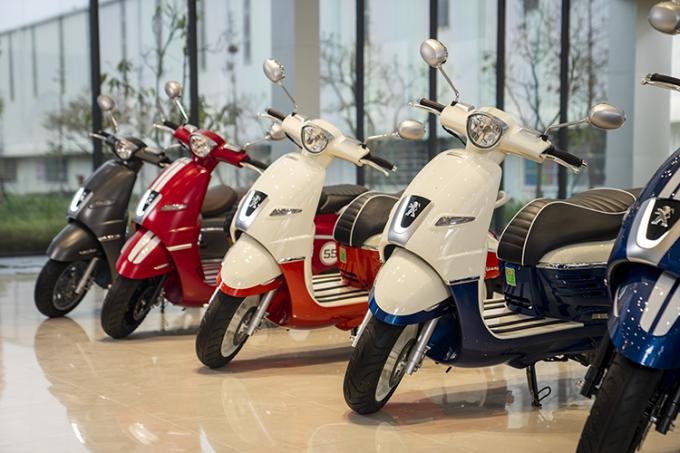 Những chiếc Peugeot Django với nhiều màu sắc thời trang tại showroom.