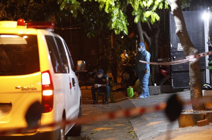 Nơi ở của ca nghi nhiễm tại phường Tân Kiểng, quận 7, TP HCM, bị phong toả để truy vết, lấy mẫu xét nghiệm, tối 18/5. Ảnh: Hữu Khoa.