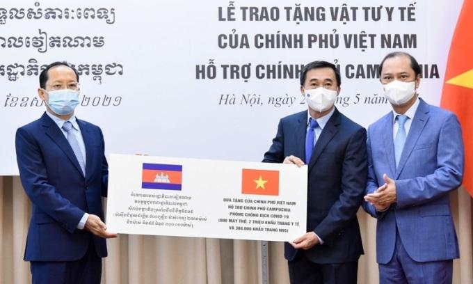Thứ trưởng Bộ Ngoại giao Nguyễn Quốc Dũng (ngoài cùng bên phải) và Đại sứ Campuchia tại Việt Nam Chay Navuth tại lễ trao tặng vật tư, thiết bị y tế ở trụ sở Bộ Ngoại giao hôm nay. Ảnh: Bộ Ngoại giao.