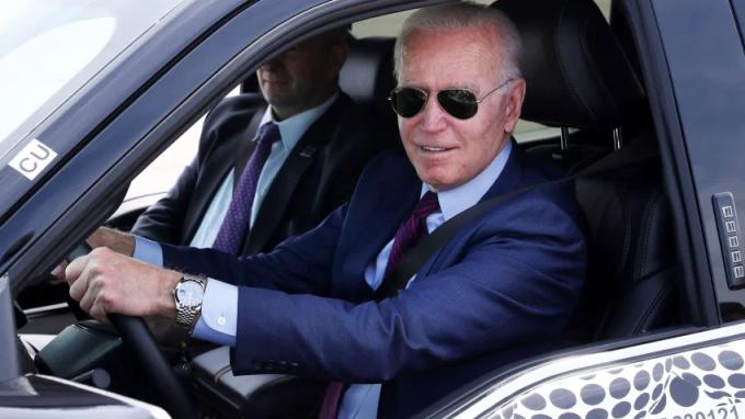 Tổng thống Mỹ Joe Biden lái thử xe bán tải điện Ford F-150 Lightning ở Michigan hôm 18/5. Ảnh: Reuters