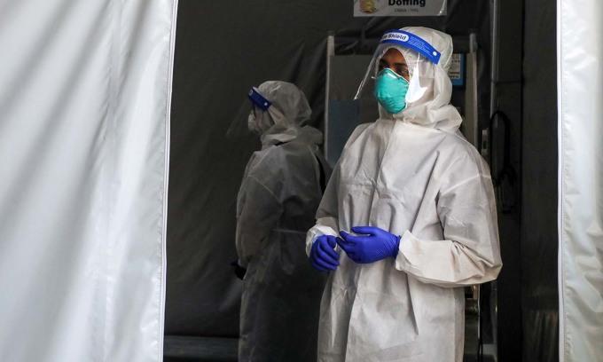 Một nhân viên y tế tại điểm xét nghiệm nCoV ở Kuala Lumpur, Malaysia, hôm 16/2. Ảnh: Reuters.