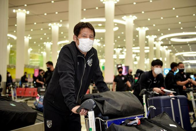HLV Akira Nishino cùng tuyển Thái Lan di chuyển sang UAE hôm nay 22/5.