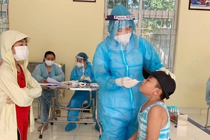 Nhân viên y tế TP Hải Dương lấy mẫu học sinh Trường tiểu học Võ Thị Sáu xét nghiệm sàng lọc Covid-19. Ảnh: Báo HD