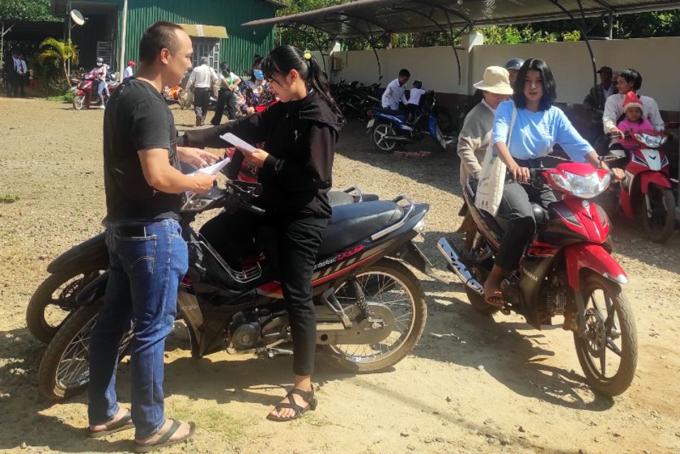 Anh Chu Bảo Hiếu (áo đen) gửi thông tin tuyển dụng cho nhóm bạn trẻ ở Đăk Lăk. Ảnh: An Phương.