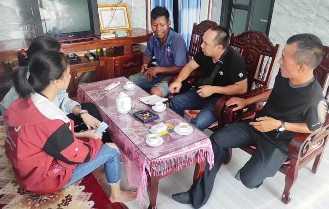 Anh Chu Bảo Hiếu (thứ 2, phải qua) trao đổi về thông tin tuyển dụng tại nhà của người lao động. Ảnh: An Phương.