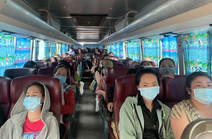 Công nhân ở các vùng xa của Công ty PouSung tan ca, về nhà bằng xe đưa đón. Ảnh: An Phương.