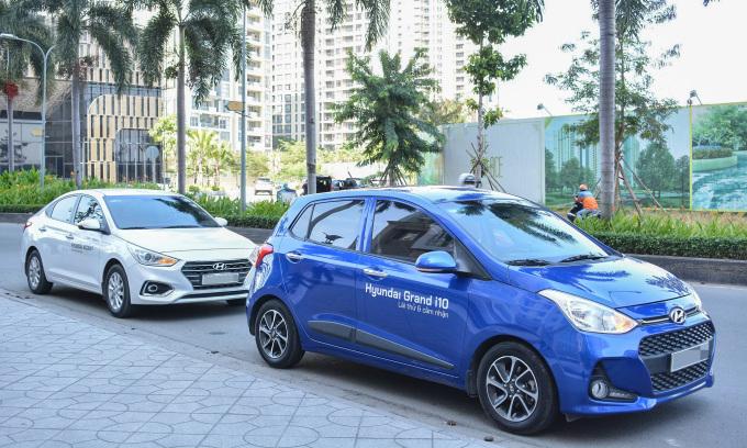 Một mẫu i10 (màu xanh) dành cho hoạt động lái thử tại TPHCM. Ảnh: Hyundai Trường Chinh