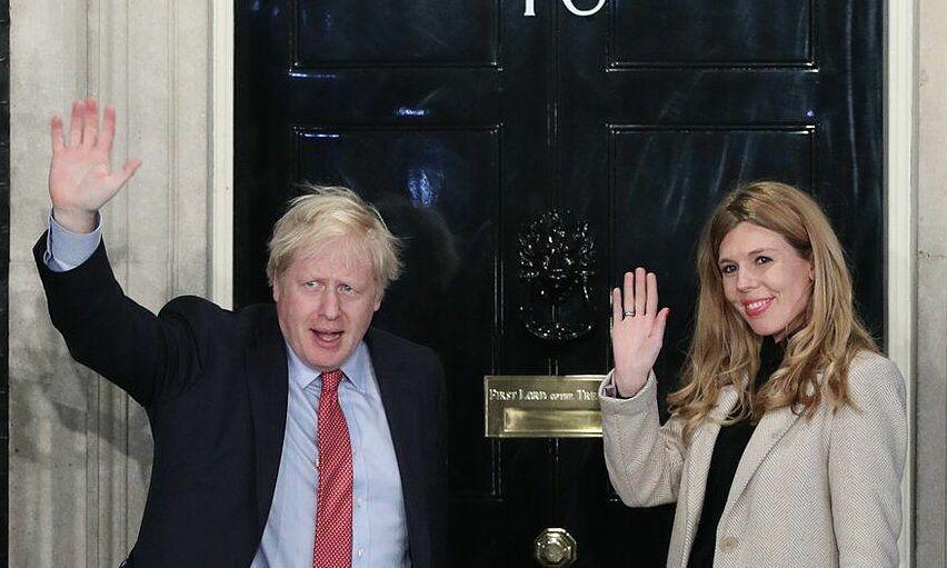 Carrie Symonds và Boris Johnson tại bậc thềm số 10 phố Downing tháng 12/2019. Ảnh: PA.