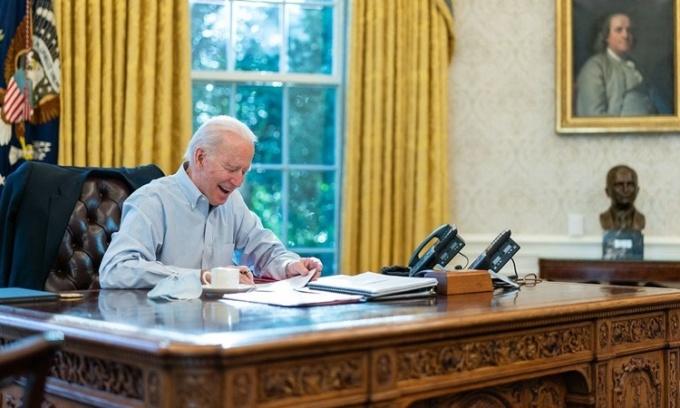 Tổng thống Mỹ Joe Biden điện đàm với Thủ tướng Anh Boris Johnson tại Phòng Bầu dục, Nhà Trắng, ngày 23/1. Ảnh: White House.