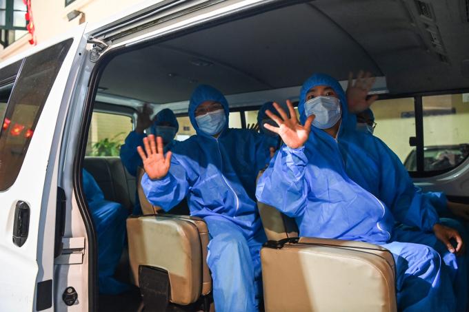 Đoàn nhân viên y tế của thành phố Hà Nội lên đường hỗ trợ Bắc Giang phòng, chống dich hôm 16/5. Ảnh: Giang Huy.