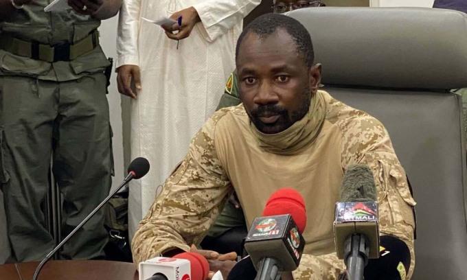 Đại tá Assimi Goita phát biểu trước báo giới tại thủ đô Bamako của Mali hồi tháng 8/2020. Ảnh: AFP.