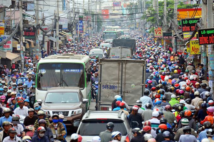 Quốc lộ 50 đoạn qua huyện Bình Chánh nhỏ, hẹp thường xuyên bị ùn tắc. Ảnh: Hữu Khoa.