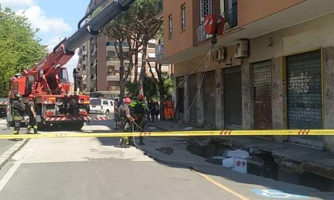 Hiện trường hố tử thần ở Rome hôm 25/5. Ảnh: Antonio Nardelli/Alamy Live News