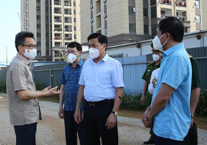 Phó Thủ tướng Vũ Đức Đam (bìa trái) kiểm tra một số điểm cách ly, phong toả tại Bắc Giang. Ảnh: Đình Nam