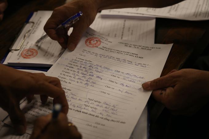 Biên bản xử phạt 30 triệu đồng đối với quán nhậu vi phạm quy định phòng dịch. Ảnh: Đình Văn.