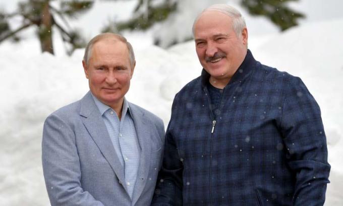 Tổng thống Nga Vladimir Putin (trái) và người đồng cấp Belarus Alexander Lukashenko tại Sochi, Nga, hôm 22/2. Ảnh: AFP.