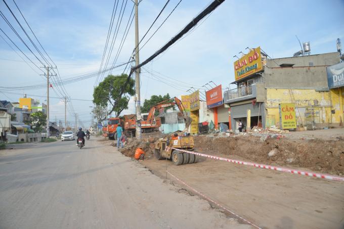 Công trường sửa chữa, nâng cấp đường Đặng Thúc Vịnh, huyện Hóc Môn hồi đầu tháng 5/2021. Ảnh: Gia Minh.