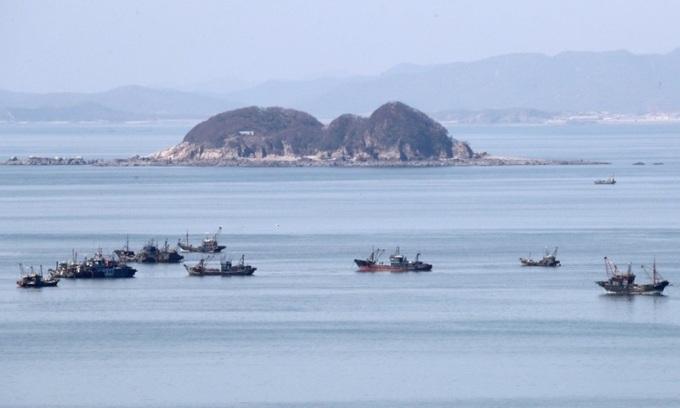 Một số tàu đánh cá bị nghi ngờ tàu trái phép Trung Quốc nhìn từ đảo Yeonpyeong của Hàn Quốc. Ảnh: Hiệp hội ngư dân Yeonpyeong.