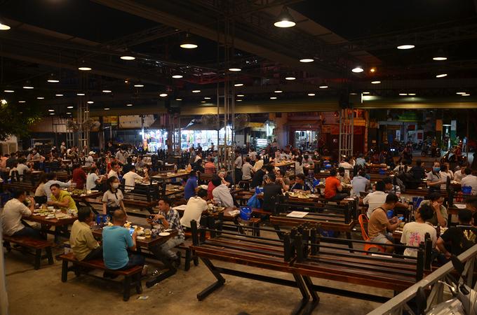 Nhà hàng ăn uống tại TP HCM phải dừng hoạt động từ 0h ngày 28/5 để chống dịch. Ảnh: Đình Văn.
