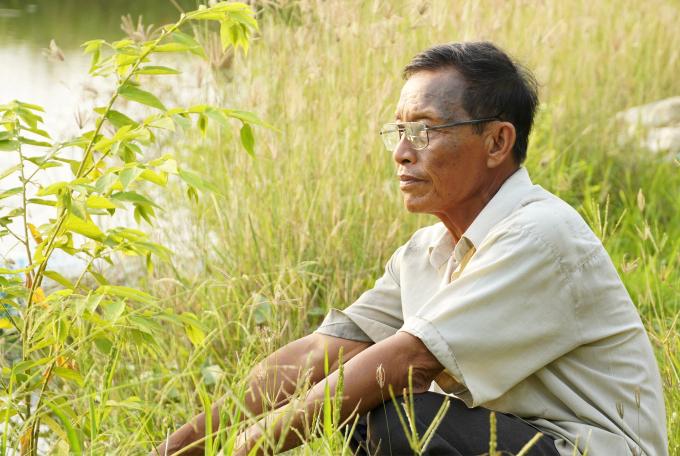 Ông Hai Việt ngồi buồn bã bên 6 công đất ao còn lại đang cho người khác thuê, sau nhiều vụ thua lỗ trên 400 triệu đồng. Ảnh: Hoàng Nam