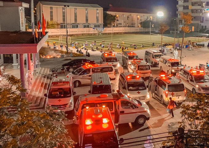 Xe đưa công nhân trọ ở thôn Núi Hiểu, xã Quang Châu, huyện Việt Yên, Bắc Giang đi cách ly tập trung, đêm 27/5. Ảnh: Trần Khánh Hoà.