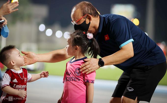HLV Park vui đùa cùng bé Khánh Chi và Bryan tại SVĐ Police ở Dubai ngày 28/5. Ảnh: Lâm Thoả