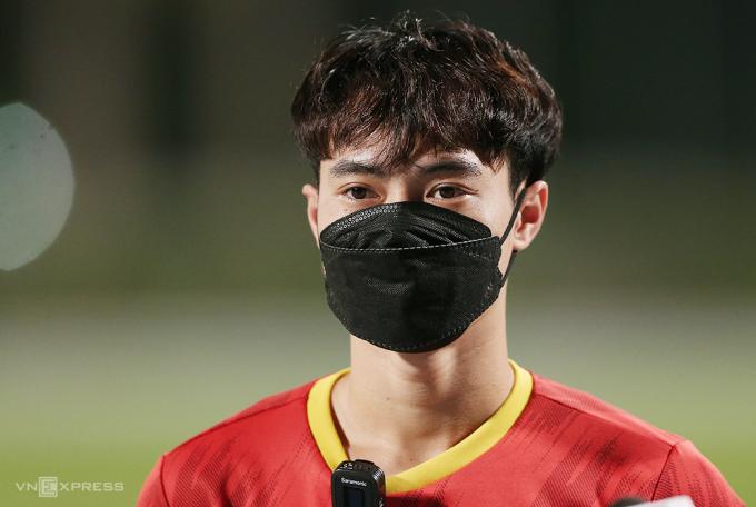Nguyễn Văn Toàn trả lời phỏng vấn trước buổi tập của tuyển Việt Nam tại sân Police ở Dubai ngày 30/5. Ảnh: Lâm Thoả
