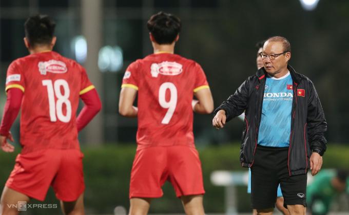 HLV Park Hang-seo chỉ dạy Nguyễn Văn Toàn và Hà Đức Chinh. Ảnh: Lâm Thoả